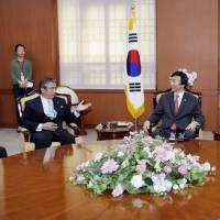 Deputy Foreign Minister Shinsuke Sugiyama, Lee Kyung-soo, South Korea's deputy foreign minister for political affairs, and Chinese Vice Foreign Minister Liu Zhenmin discuss in Seoul the possibility of holding a trilateral summit Thursday. | KYODO