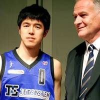 It's all over: Zeljko Pavlicevic, seen with former Shimane star Takumi Ishizaki during the 2010-11 season, won't coach Wakayama for the upcoming NBL campaign. | KYODO