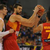 Handoff: Spain's Marc Gasol gives the ball to Juan Carlos Navarro while defended by Brazil's Tiago Splitter in Group A action at the FIBA World Cup on Monday in Granada, Spain. | AFP-JIJI
