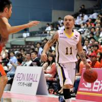 Never say die: League stalwart Cohey Aoki, shown playing for the Tokyo Cinq Reves in a 2012 file photo, announced that he will return for another season in Fukuoka. | YOSHIAKI MIURA