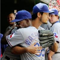 So long and goodbye: Ron Washington (front) is the only manager pitcher Yu Darvish has known in his career as an MLB player. | KYODO