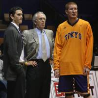 He's seen what works: Longtime NBA coach Bob Hill (center), pictured while leading the Tokyo Apache in 2011, says the bj-league and the NBL should merge. | KAZ NAGATSUKA