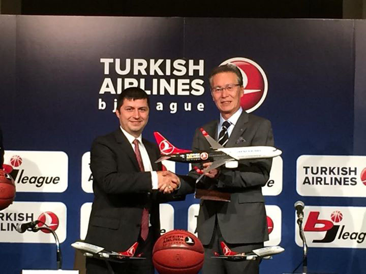 New alliance: Ziya Ozturk, a vice president for Turkish Airlines Japan (left), and bj-league commissioner Toshimitsu Kawachi shake hands on Thursday in Tokyo. | TURKISH AIRLINES