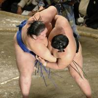 Another strong match: Ichinojo (left) outmuscles Goeido on Thursday to pick up a surprise victory at the Autumn Grand Sumo Tournament.  | KYODO