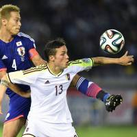 New attitude: Japan manager Javier Aguirre wants Keisuke Honda (4) and Samurai Blue to play with a greater sense of freedom. | KYODO