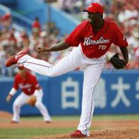 Just what the doctor ordered: Carp hurler Deunte Heath gives his team seven scoreless innings against the Swallows on Tuesday at Jingu Stadium. Hiroshima defeated Tokyo Yakult 7-2.  | KYODO