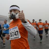 Beijing marathoners don face masks to battle toxic PM2.5 smog