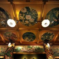 One of Meguro Gajoen's traditional rooms sports two carved pillars made of 280 year-old Japanese cypress and gorgeous paintings. | YOSHIAKI MIURA