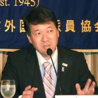 Niigata Gov. Hirohiko Izumida speaks at the Foreign Correspondents' Club of Japan in Tokyo on Wednesday. | KYODO