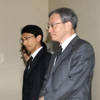So Tae Ha, chairman of North Korea's special investigation committee into abductees (left), and chief Japanese negotiator Junichi Ihara kick off two days of talks in Pyongyang on Tuesday. | KYODO