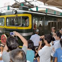 Train fans crowd Fukui Prefecture station to watch engine switch over