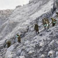 Ground Self-Defense Force personnel search for the bodies of hikers still missing near the peak of Mount Ontake on Saturday. | KYODO
