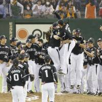 The right stuff: The Tigers celebrate after eliminating the Giants on Saturday night at Tokyo Dome. | KYODO