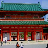 The festival concludes at Kyoto's vivid Heian Shrine. | ANGELES MARIN CABELLO