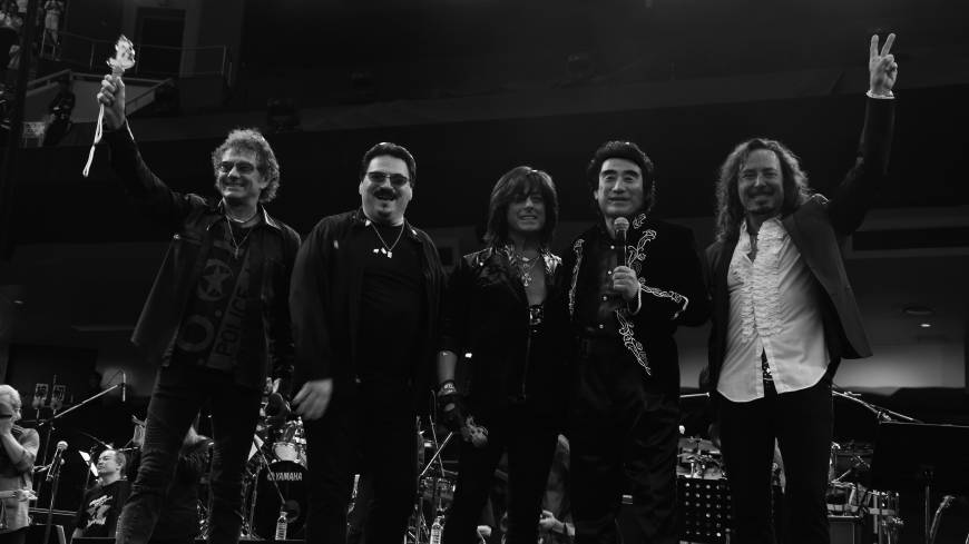 From left, Starship vocalist Mickey Thomas, former Toto frontman Bobby Kimball, former Deep Purple vocalist Joe Lynn Turner, Tokyo Art Foundation Chairman Haruhisa Handa and former Journey singer Steve Augeri pose at the end of their concert at Tokyo's Nippon Budokan on Sept. 26.