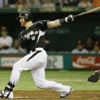 Timing is everything: The Tigers' Matt Murton rips a two-run single in the fifth inning against the Giants in Game 2 of the Central League Climax Series Final Stage on Thursday at Tokyo Dome. Hanshin defeated Yomiuri 5-2. | KYODO