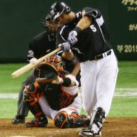 What youngsters dream of doing: The Tigers' Mauro Gomez delivers a two-run single in the seventh inning against the Giants on Friday in Game 3 of the Central League Climax Series Final Stage at Tokyo Dome. Hanshin defeated Yomiuri 4-2.  | KYODO