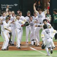 Euphoric ending: The Hawks celebrate Akira Nakamura's 10th-inning home run on Wednesday in Game 4 of the Japan Series. | KYODO