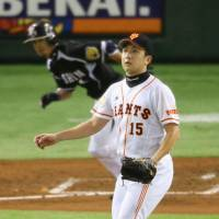 Rough night: Giants starting pitcher Hirokazu Sawamura and his teammates watched the Tigers make several key plays in Thursday's game. | KYODO