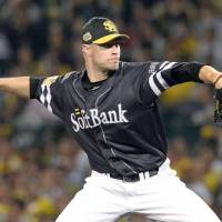 Rough outing: Hawks starter Jason Standridge allowed six runs on six hits in 4-2/3 innings. | KYODO