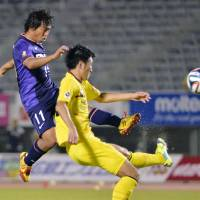 On target: Sanfrecce Hiroshima's Hisato Sato scores his second goal of Thursday's Nabisco Cup match in the 50th minute against Kashiwa Reysol. Sanfrecce won 2-0. | KYODO