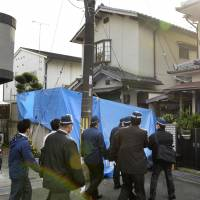 Investigators from the Kyoto Prefectural Police prepare to enter Chisako Kakehi's house in Muko, Kyoto Prefecture, on Thursday. | KYODO