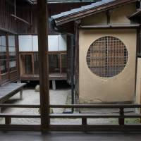 Earthen walls: A part of Mirei Shigemori's former home in Kyoto employs the same materials that are used to construct teahouses. | STEPHEN MANSFIELD