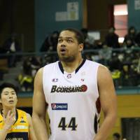 Yokohama big man Marshall sidelined with knee injury