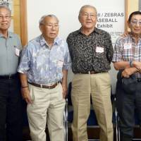 Former internees (left to right) Ernie Inoue, Kenso Zenimura, Tetsuo Furukawa and George Iseri, who played in the 1944 baseball series between teams from U.S. Japanese-American internment camps, are reunited in October. | KYODO