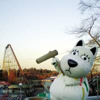 A 'mochitsuki' (rice cake pounding) event will be held at Yomiuri Land with the park's mascot, Land Dog on Jan. 1. | COURTESY OF TOKYO MIDTOWN, YOMIURI LAND