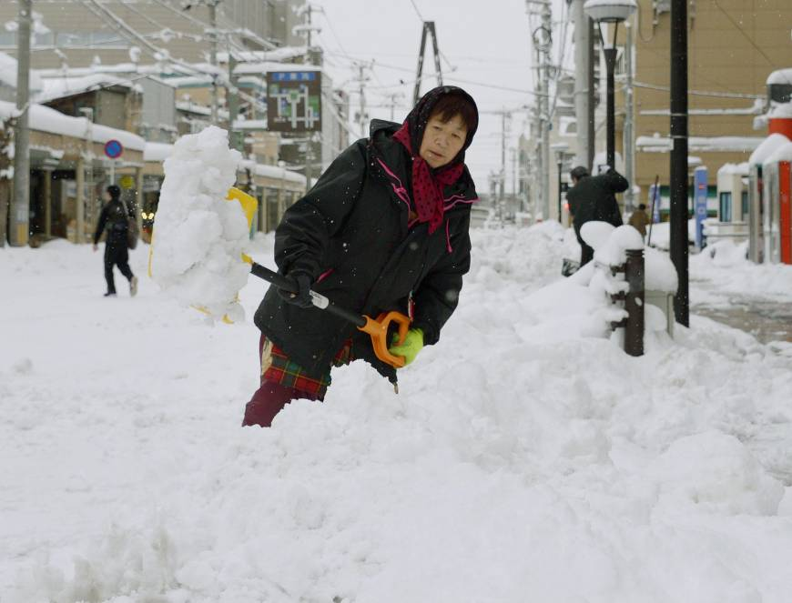 Six die after heavy snow hits nation