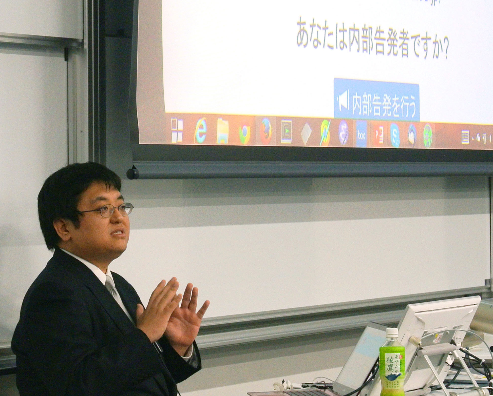 Activist and Surugadai University lecturer Masayuki Hatta, speaking at Waseda University in Tokyo on Friday, explains about an anonymous whistle-blower website he has worked on and which is nearing completion. | KYODO