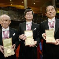 Isamu Akasaki (left), Hiroshi Amano (center) and Shuji Nakamura display their medals after being jointly awarded the Nobel Prize in physics at a ceremony in Stockholm on Dec. 10. | KYODO