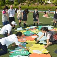 Global jinzai: Students attend an IB geography and humanities class at Tamagawa Academy in Tokyo. The International Baccalaureate (IB) program has been introduced in 19 schools in Japan, with the goal of reaching 200 by 2018. Although Tamagawa Academy runs a bilingual IB program, most schools in Japan only offer a Japanese version of the course.  | © TAMAGAWA ACADEMY, TOKYO, JAPAN