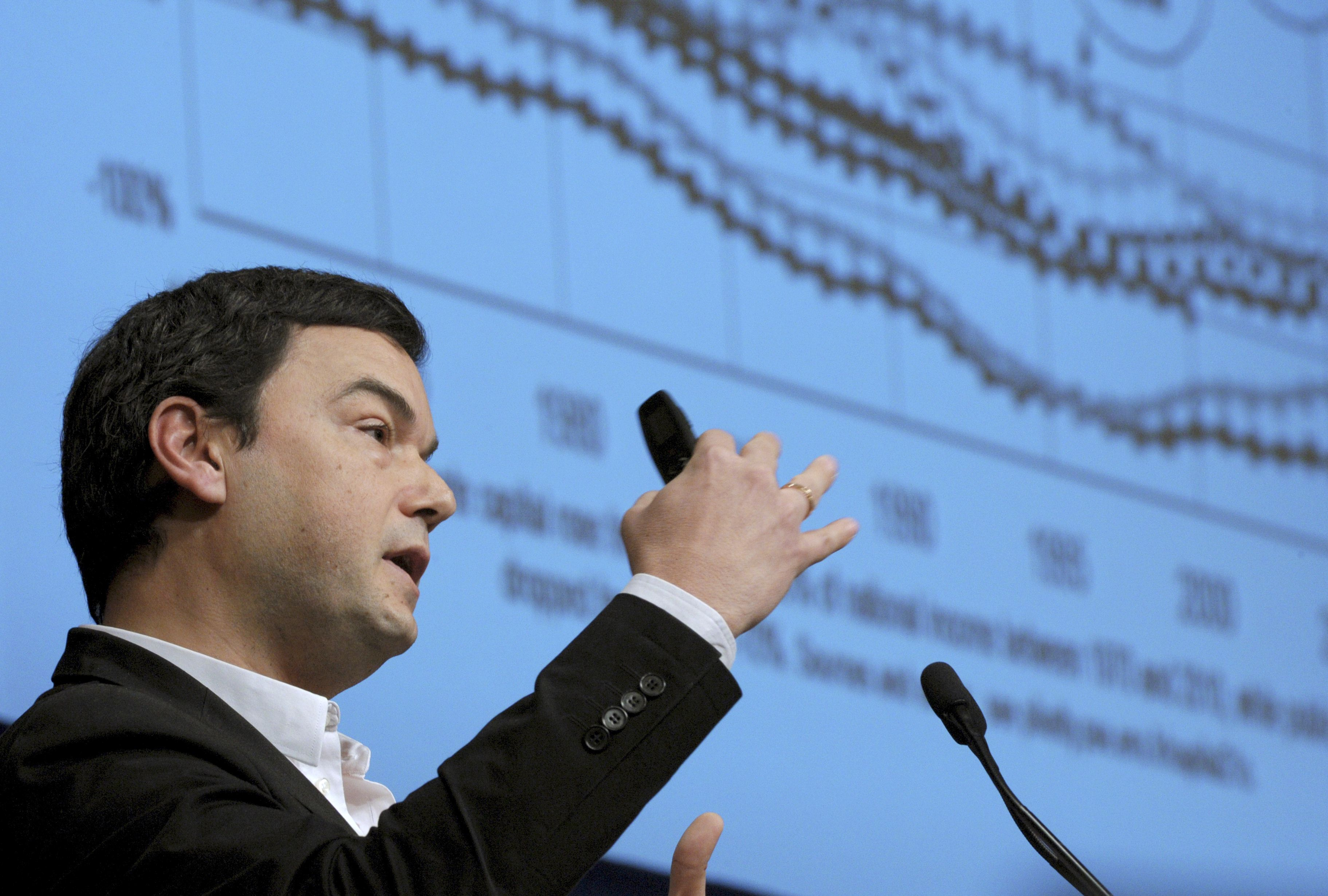 French economist Thomas Piketty, author of the best-seller 'Capital in the Twenty-First Century,' addresses a symposium in Paris earlier this month. He is visiting Japan to oversee the release of the book's Japanese version.   AFP