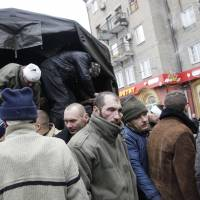Rebels parade Ukrainian POWs through shelled city of Donetsk