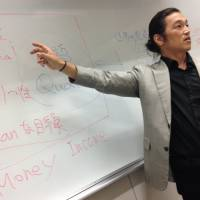 Veteran journalist Kenji Goto talks about his war-zone experiences on May 14, 2014 when he was a guest lecturer at Komazawa University. Goto is currently one of two Japanese being held hostage by the Islamic State group. | GMSJOURNAL.COM