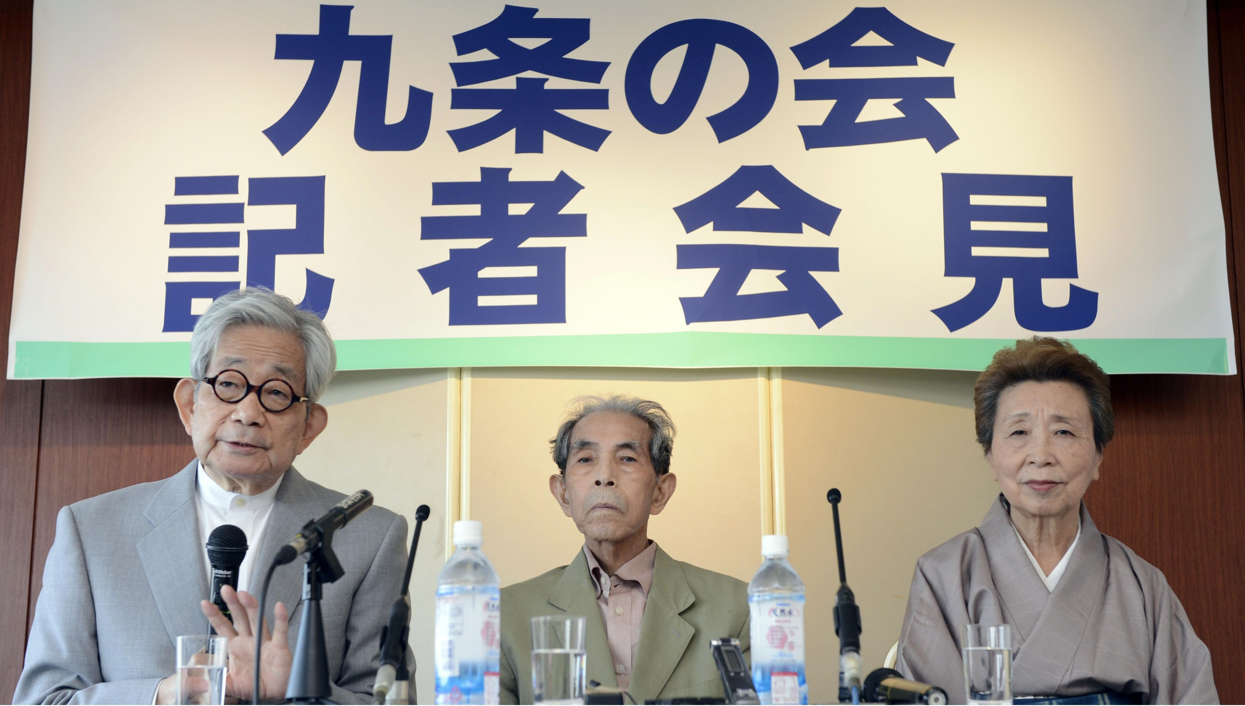 Scholar Yasuhiro Okudaira (center), flanked by Nobel literature laureate Kenzaburo Oe and writer Hisae Sawachi, faces the media during a news conference in May 2013. He was one of the key members of the Article 9 Association, a group that is dedicated to defending war-renouncing Article 9 of the Constitution. | KYODO