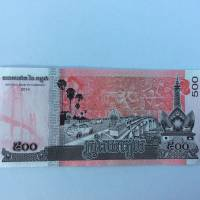 Cambodia's new 500 riel bank note bears images of the Tsubasa (left) and Kizuna bridges funded by Japan. | KYODO