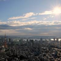 The first sunrise of 2015 is seen from the observation deck of the Roppongi Hills high-rise in central Tokyo at around 8:50 a.m. Thursday. | SATOKO KAWASAKI
