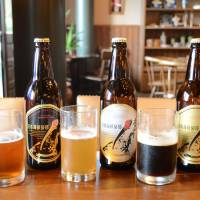Craft beer brands are lined up along the counter of a brewery restaurant in Noto, Ishikawa Prefecture. Craft beer is regaining popularity in the Japanese market amid the rise of small brewers. | KYODO