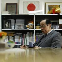 Abe could ease doubts by apologizing over WWII, says former leader Fukuda
