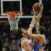 Bulls ride Rose's scoring surge to down Nuggets
