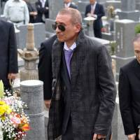 Centennial year: Kenichi Shinoda, the current leader of the Yamaguchi-gumi, pays his respects at the grave of one of his predecessors, Kazuo Taoka, in 2011. | KYODO