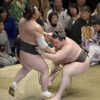 Hakuho collects 800th victory in top division