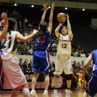 Competitive drive: JX-Eneos Sunflowers guard Asami Yoshida takes a jumper against the Denso Iris in the women's final of the 81st All-Japan Basketball Championship at Yoyogi National Gymnasium on Sunday. JX-Eneos defeated Denso 66-53. | KAZ NAGATSUKA