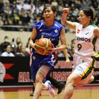 Looking to make a play: Iris guard Minami Iju penetrates inside against the Sunflowers' Akane Niihara. | KAZ NAGATSUKA