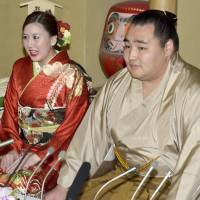 Wedding plans: Mongolian yokozuna Kakuryu and countrywoman Dashnyam Munkhzaya on Tuesday revealed they are engaged. | KYODO