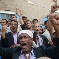 Anti-Houthi protesters shout slogans during a demonstration against the Shi'ite Muslim militia group in the southwestern city of Taiz on Sunday.  | REUTERS