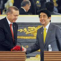 Abe thanks Turkish president for assistance in hostage crisis